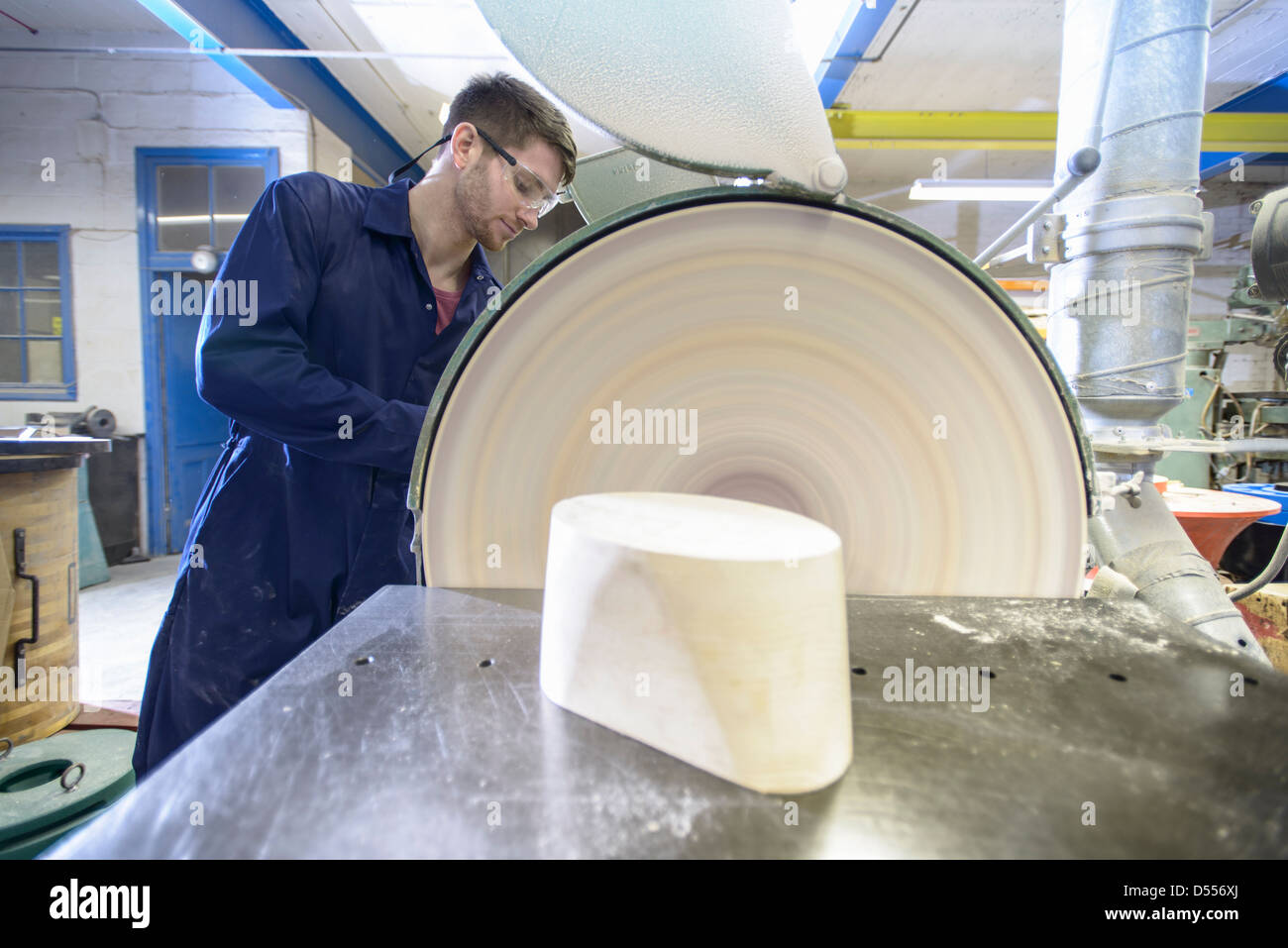 Worker making mould in foundry - Stock Image