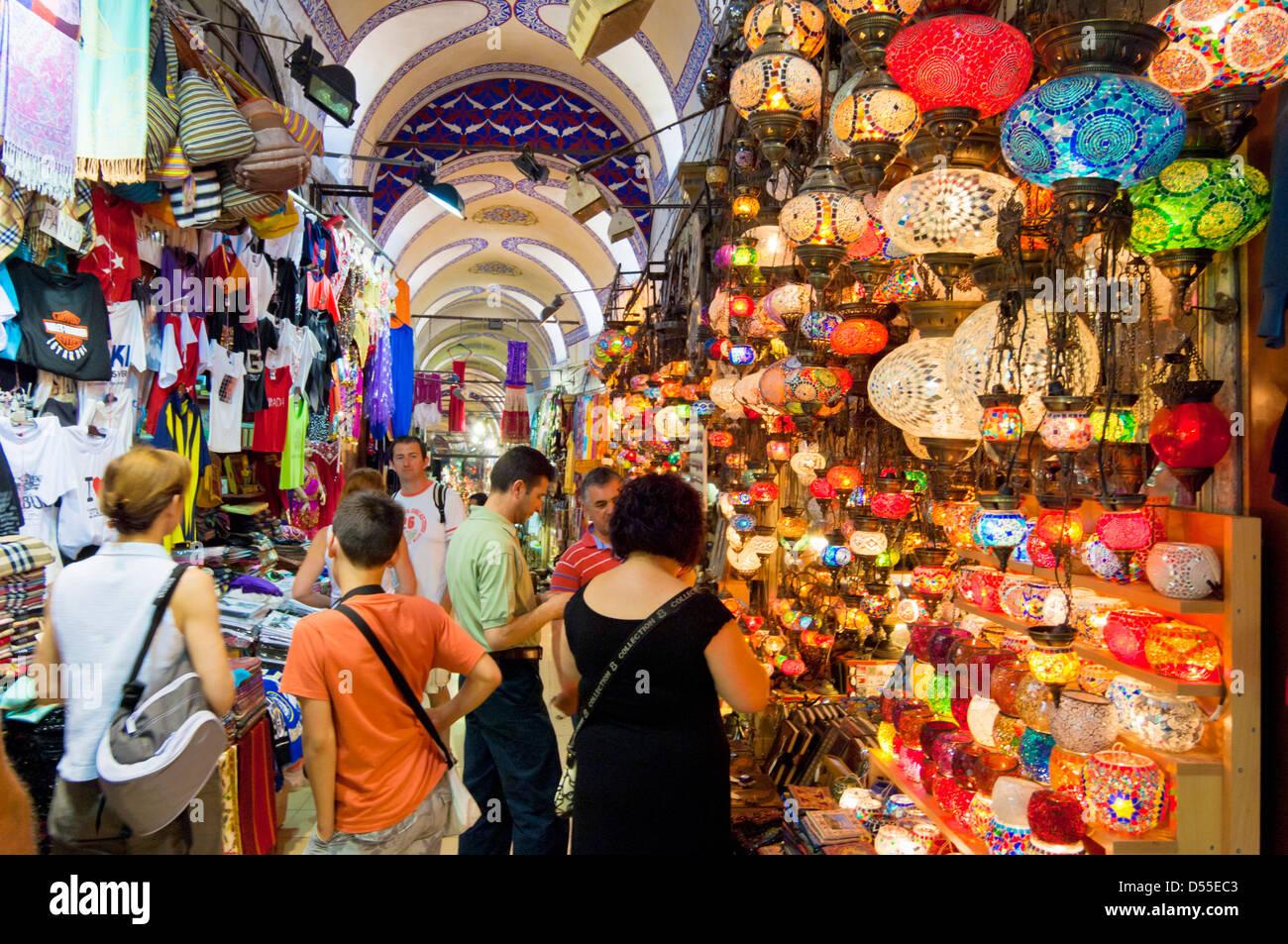 Tourists shopping in Grand Bazaar, Kapali Carsi, Sultanahmet, Istanbul, Turkey - Stock Image