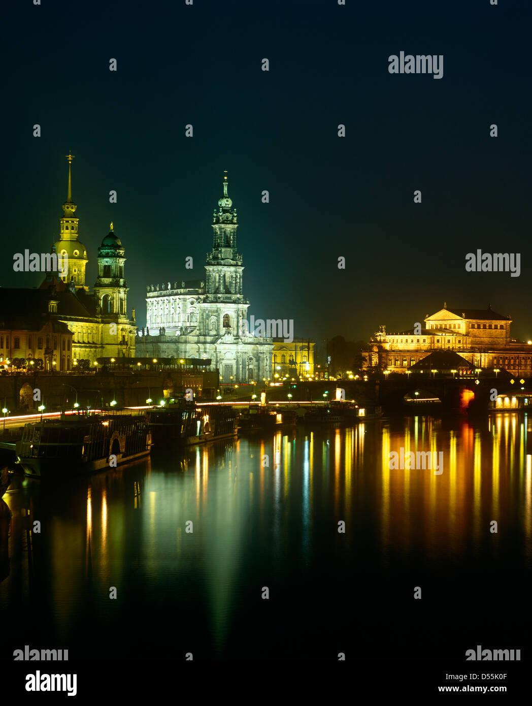 Faszinierend Skyline Dresden Referenz Von Reflecting In The River Elbe At Night,