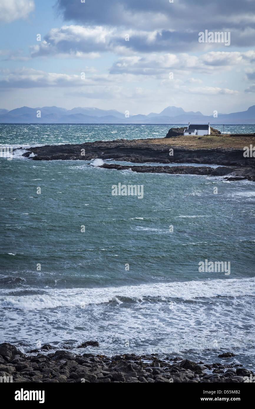 Traditional whitewashed croft on the shores of Kilmaluag Bay, Isle of Skye, Scotland - Stock Image