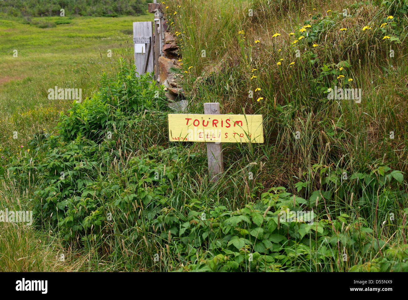 Hand painted Tourism Elliston sign, root cellar in the background. - Stock Image