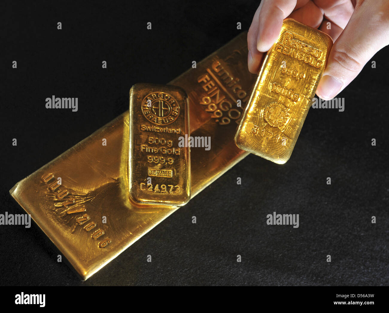 (dpa file)Afile picture dated 14 November 2008 of bars of gold in Munich, Germany. The price of gold - Stock Image