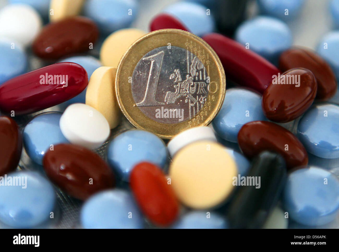 (dpa file)Afile picture dated 11 March 2010 of an one-euro coin on top of various pills in Cologne, - Stock Image