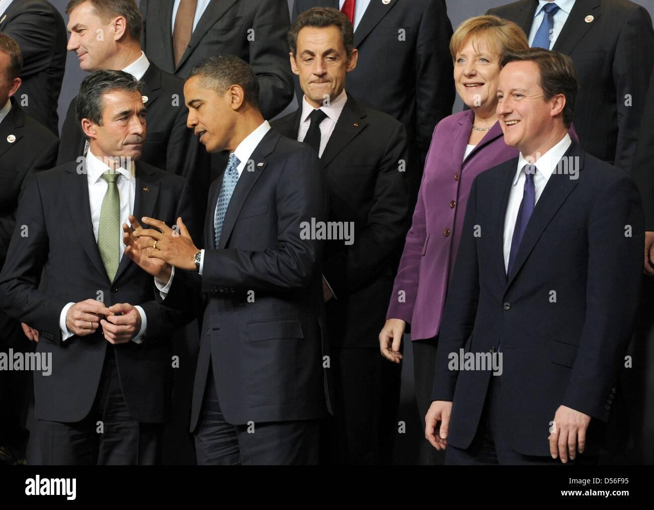 Vor Aufnahme des Familienfotos der Mitglieder der NATO stehen NATO-Generalsekretär Anders Fogh Rasmussen (l - Stock Image