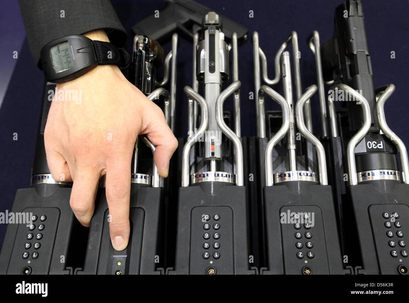 Das Sicherheits-Rangiersystem für Handfeuerwaffen des deutschen Herstellers Armatrix ist am Freitag (12.03.2010) - Stock Image