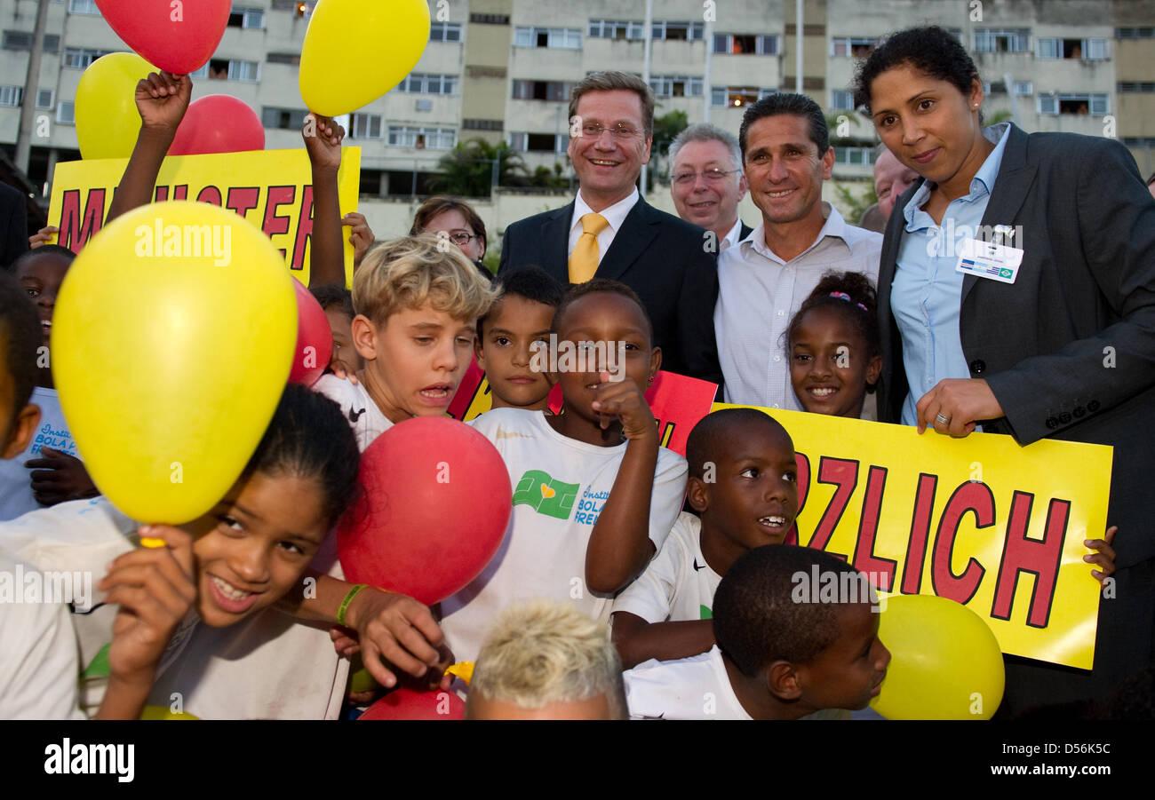 Bundesaußenminister Guido Westerwelle (FDP, l-r), der Fußballer und Leiter des Projektes 'Instituto - Stock Image