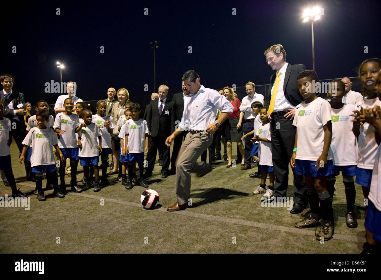 Bundesaußenminister Guido Westerwelle (FDP, r) und der Fußballer und Leiter des Projektes 'Instituto - Stock Image