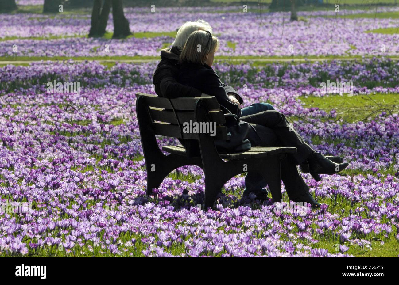 Ein Mann und eine Frau sitzen bei strahlendem Sonnenschein und Temperaturen um die 18 Grad am Donnerstag (18.03.2010) Stock Photo