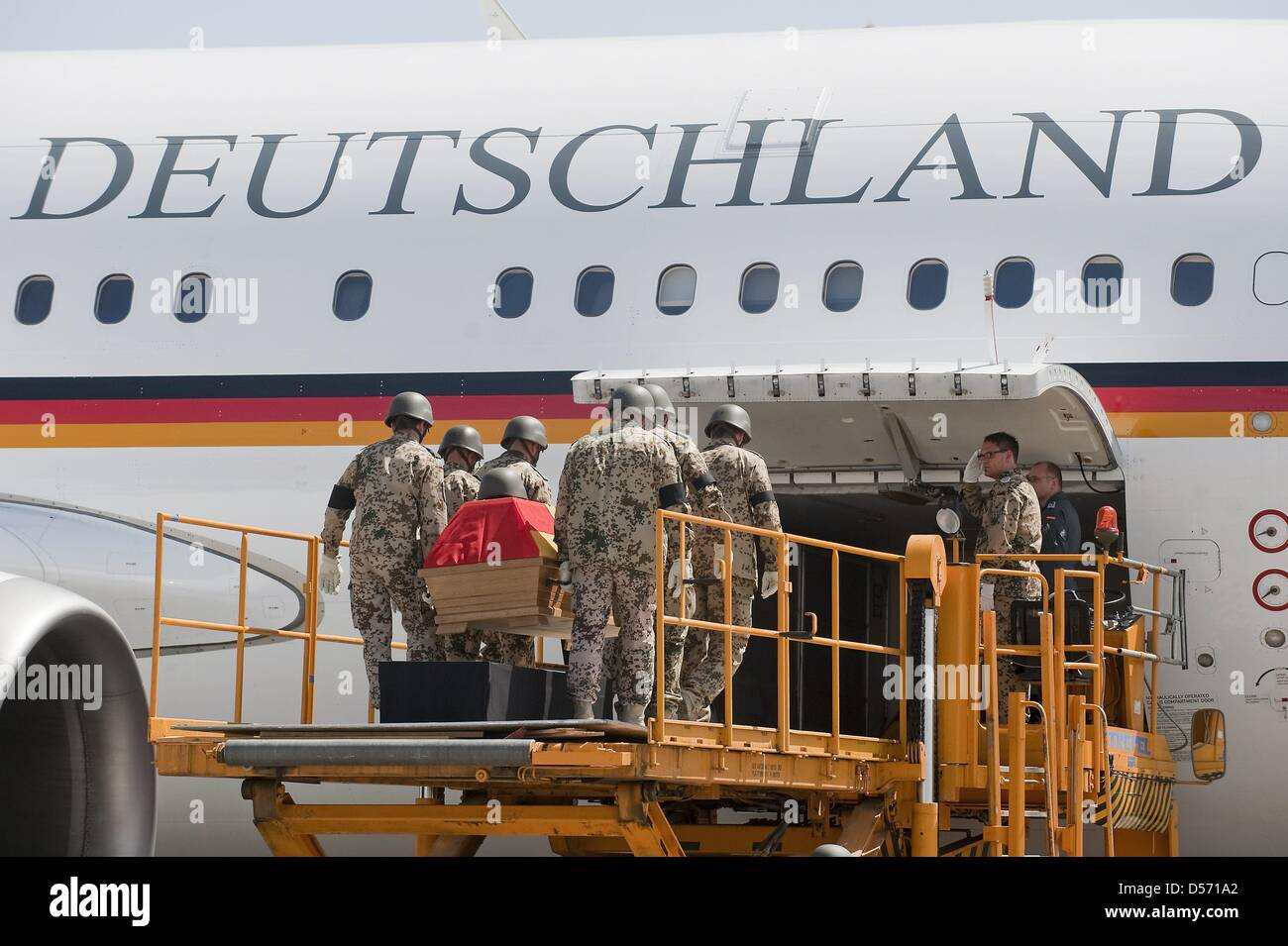 Bundeswehr soldiers carry the coffin of a killed soldier to a Bundeswehr airplane at the airport in Termes, Uzbekistan, - Stock Image
