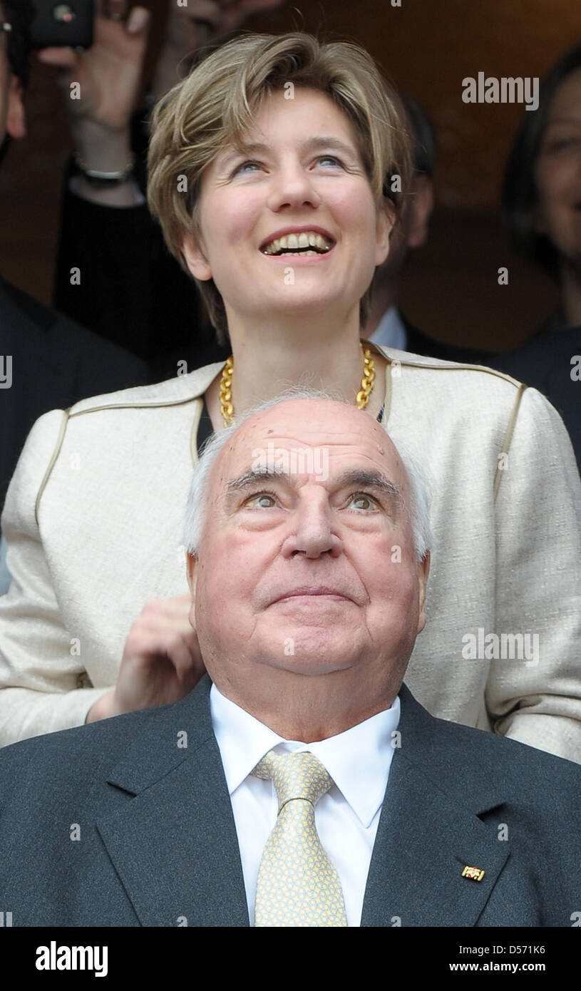Former German Chancellor Helmut Kohl (front) and his wife Maike Kohl-Richter stand in the entrance of Kohl's - Stock Image