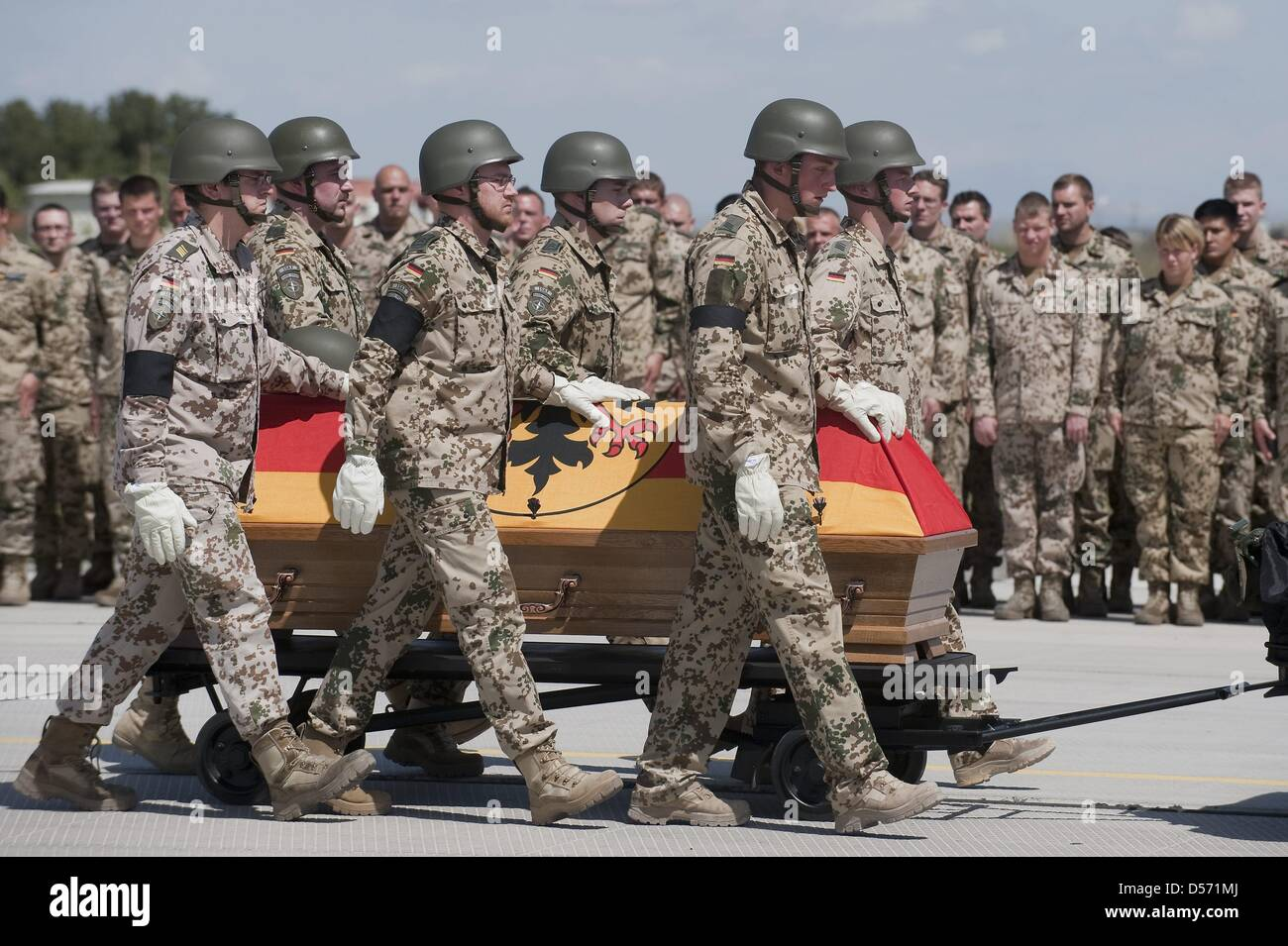 German Bundeswehr soldiers carry the coffin of a killed soldier at the airport in Termez, Uzbekistan, 04 April 2010. - Stock Image