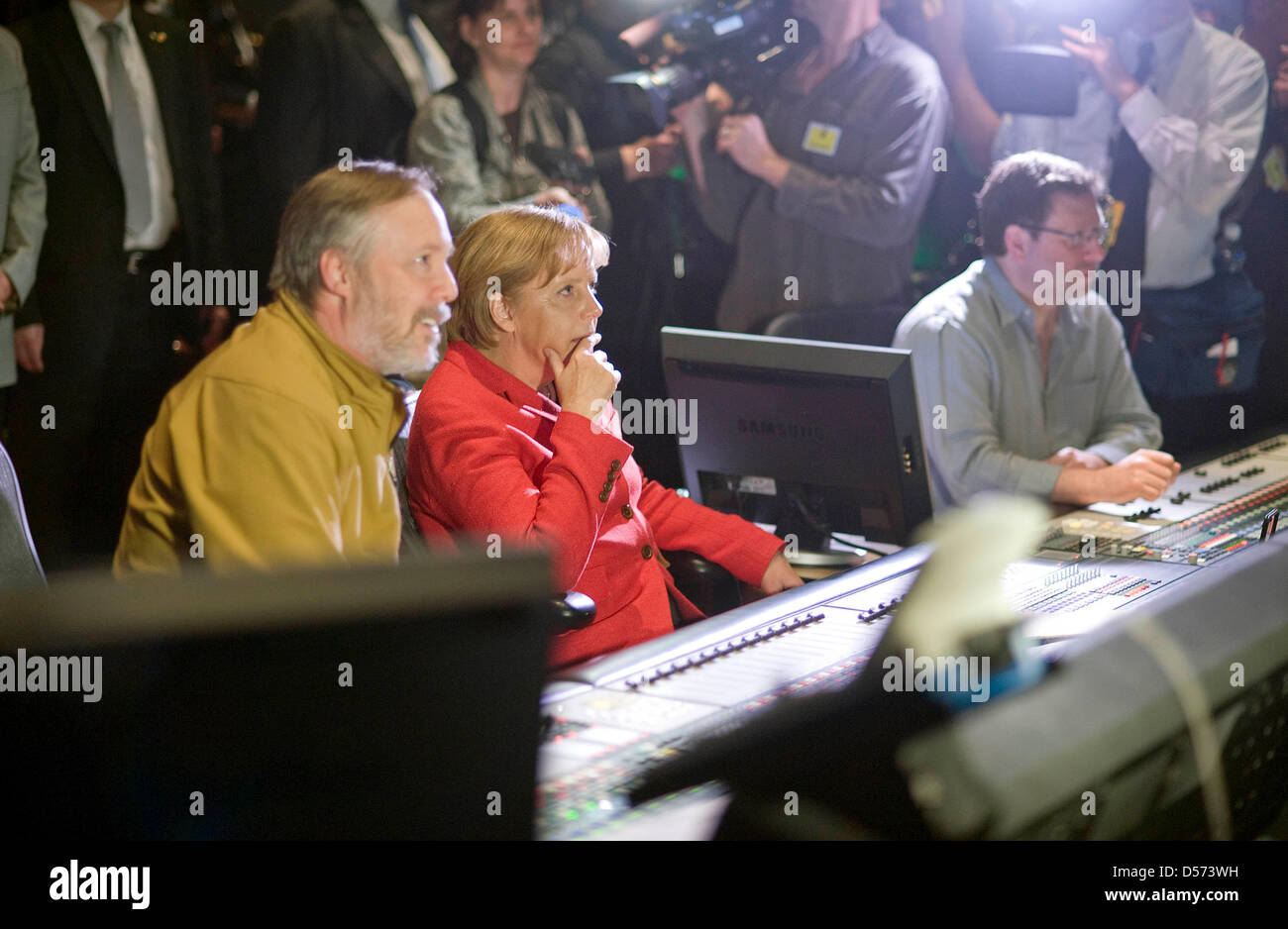 Bundeskanzlerin Angela Merkel lässt sich am  14.04.2010 auf dem Studiogelände von Warner Brothers die Postproduktion eines Kinofilms erläutern. Foto: Bundespresseamt/ Guido Bergmann Stock Photo