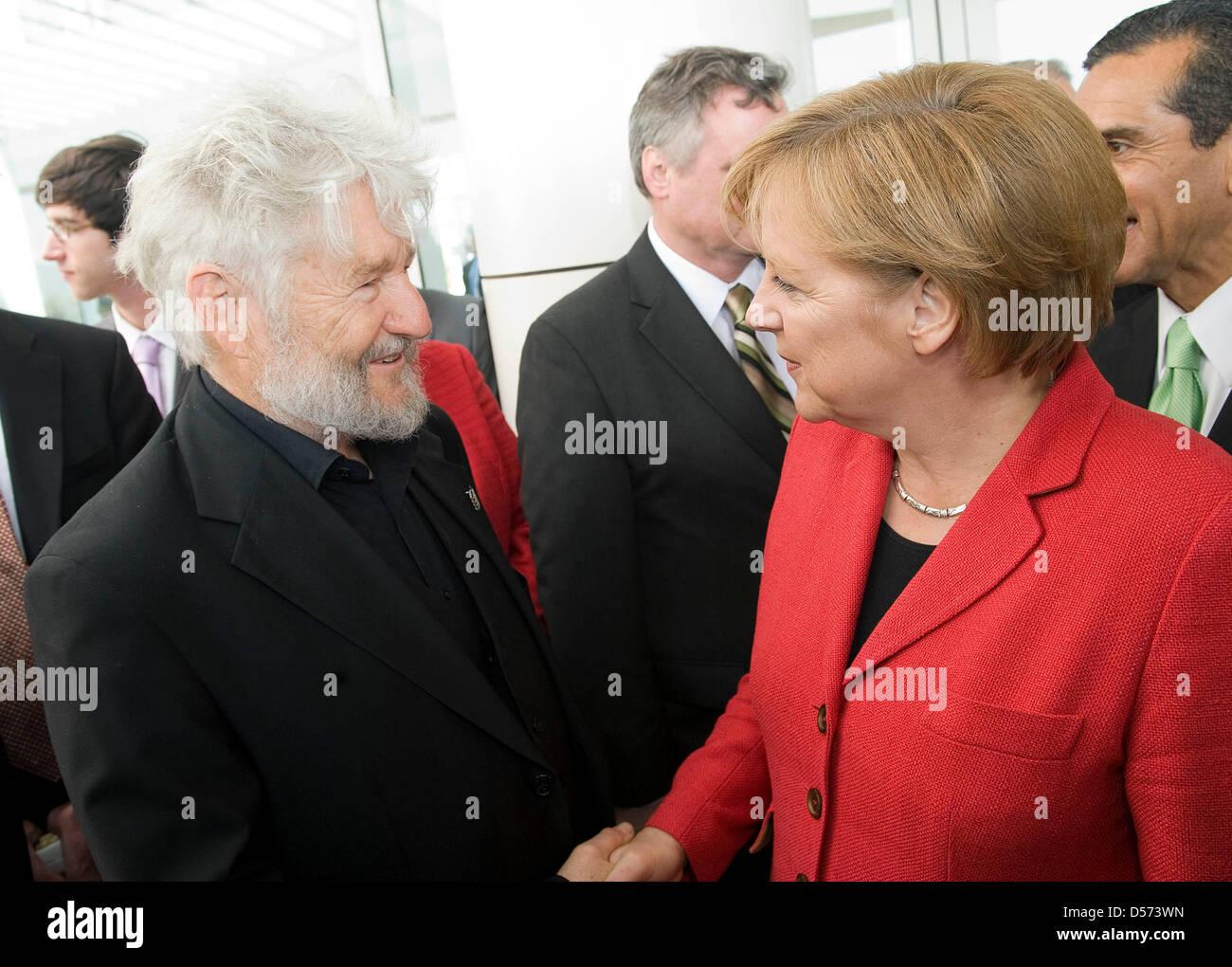 Bundeskanzlerin Angela Merkel und Opern-Regisseur Achim Freyer am 14.04.2010 bei einem Empfang auf dem Getty Center. Foto: Bundespresseamt/ Guido Bergmann Stock Photo