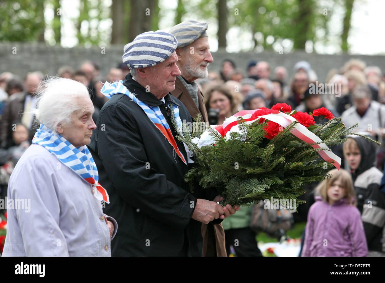 Die KZ-Überlebenden Henryka Sierota (l-r), Stanislaw Zalewski und Kahl Januz nehmen am Dienstag (04.05.2010) an Stock Photo