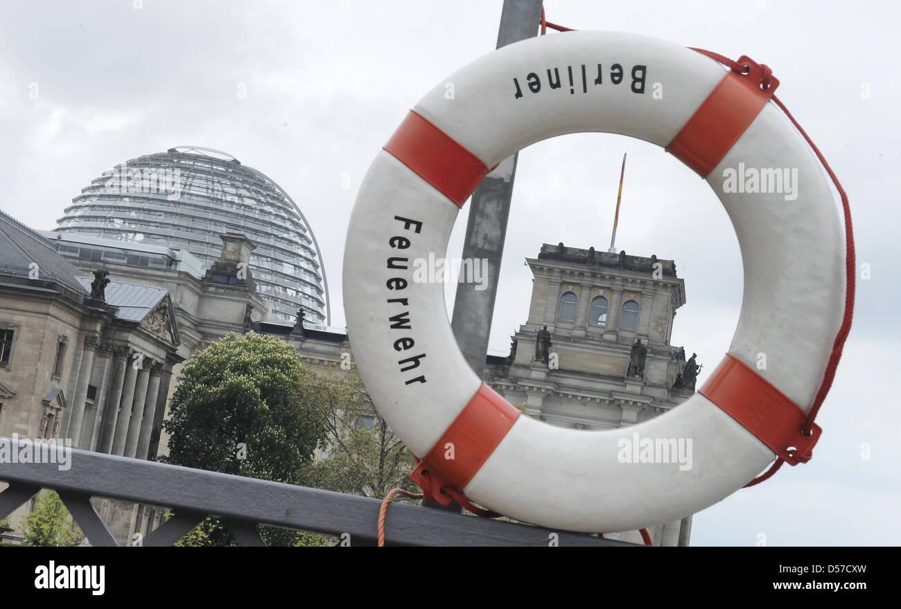 ILLUSTRATION - Hinter einem Rettungsring am Spreeufer ist am Freitrag (07.05.2010) in Berlin das Reichstagsgebäude - Stock Image