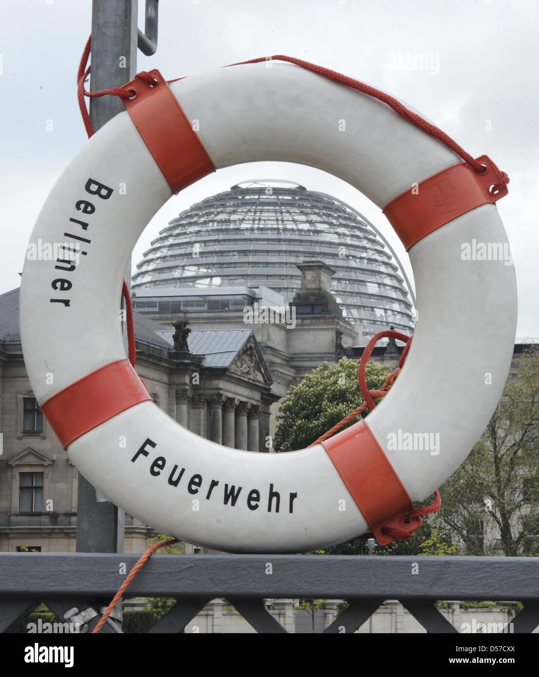 ILLUSTRATION - Durch einen Rettungsring am Spreeufer vor dem Reichstagsgebäude ist am Freitrag (07.05.2010) - Stock Image