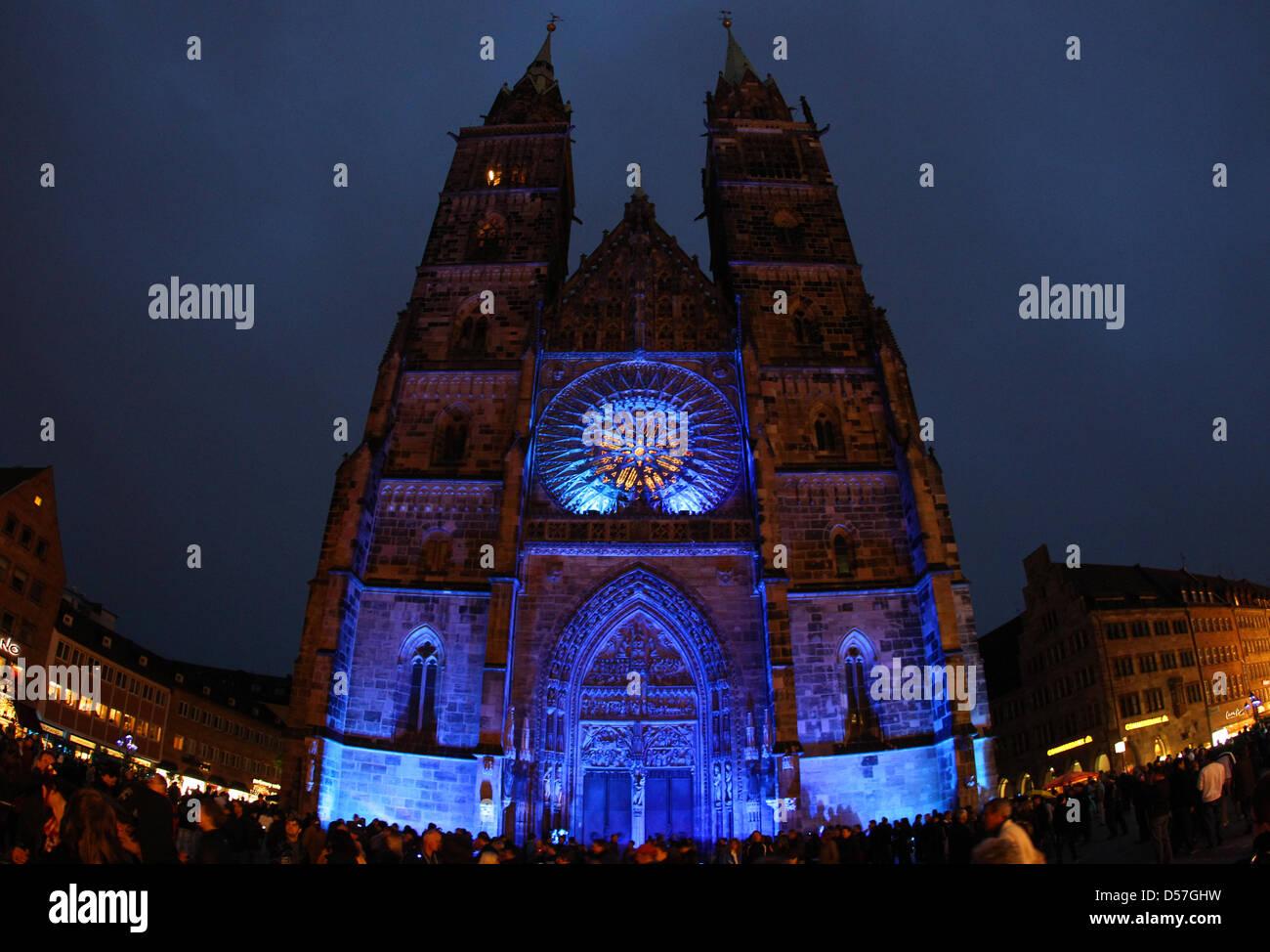 DATUM VON 2009 AUF 2010 KORRIGIERT  Blau angestrahlt erleuchtet die Lorenzkirche am Samstag (15.05.2010) in Nürnberg - Stock Image