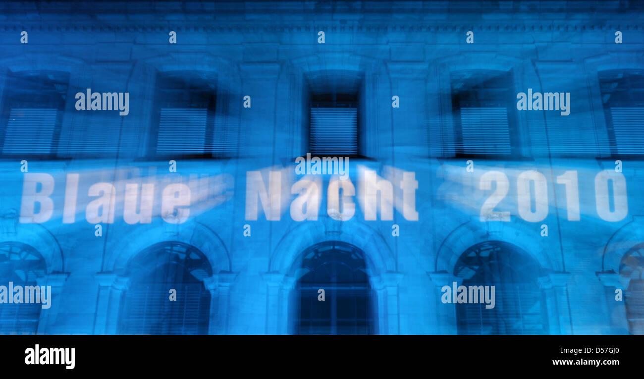 DATUM VON 2009 AUF 2010 KORRIGIERT  'Blaue Nacht 2010' ist auf ein blau beleuchtetes Gebäude am Samstag - Stock Image