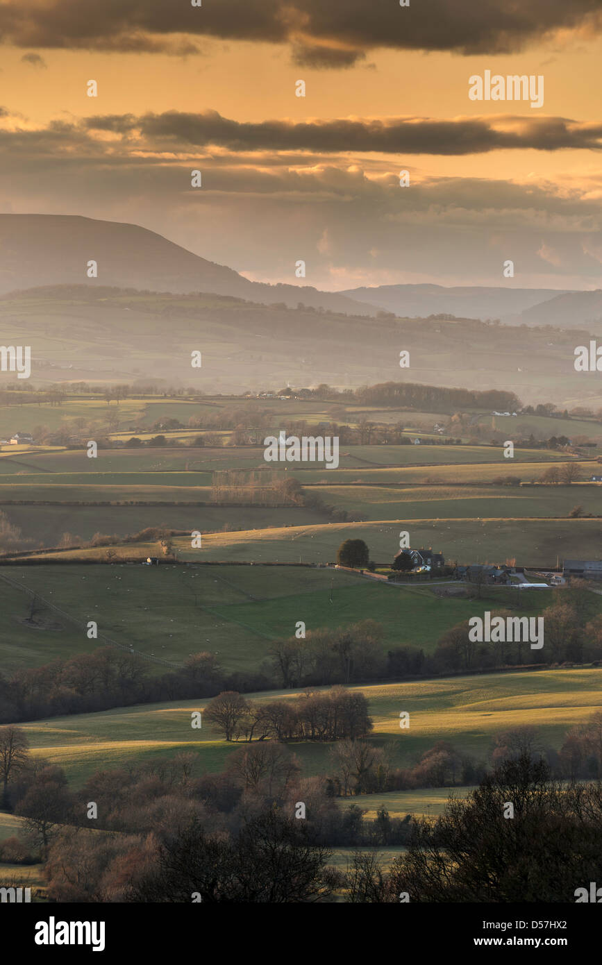 VIEW OVER THE VALE OF USK TOWARDS ABERGAVENNY AND COITY MOUNTAIN AT SUNSET WITH MIST IN VALLEYS - Stock Image