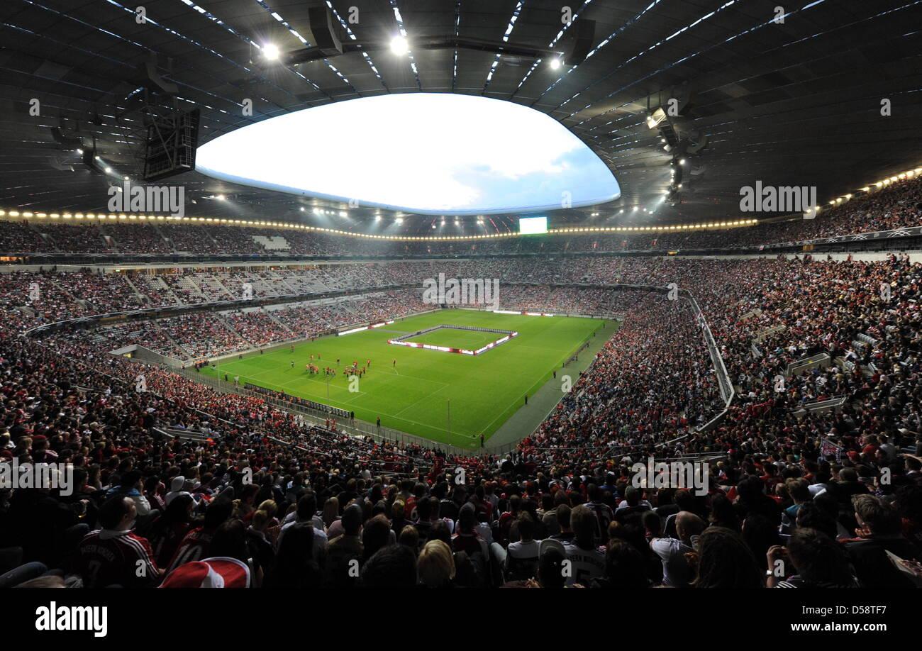 Fans füllen am Samstag (22.05.2010) in München (Oberbayern) die Allianz Arena. Das Finale der Champions - Stock Image