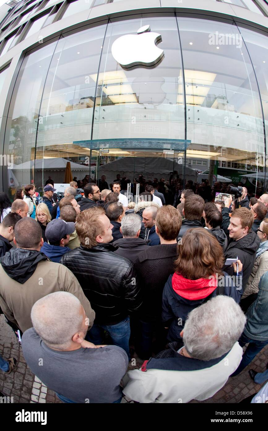 Customers queue up in front of the Apple store in Frankfurt(Main), Germany, 28 May 2010. Many people arrived - Stock Image
