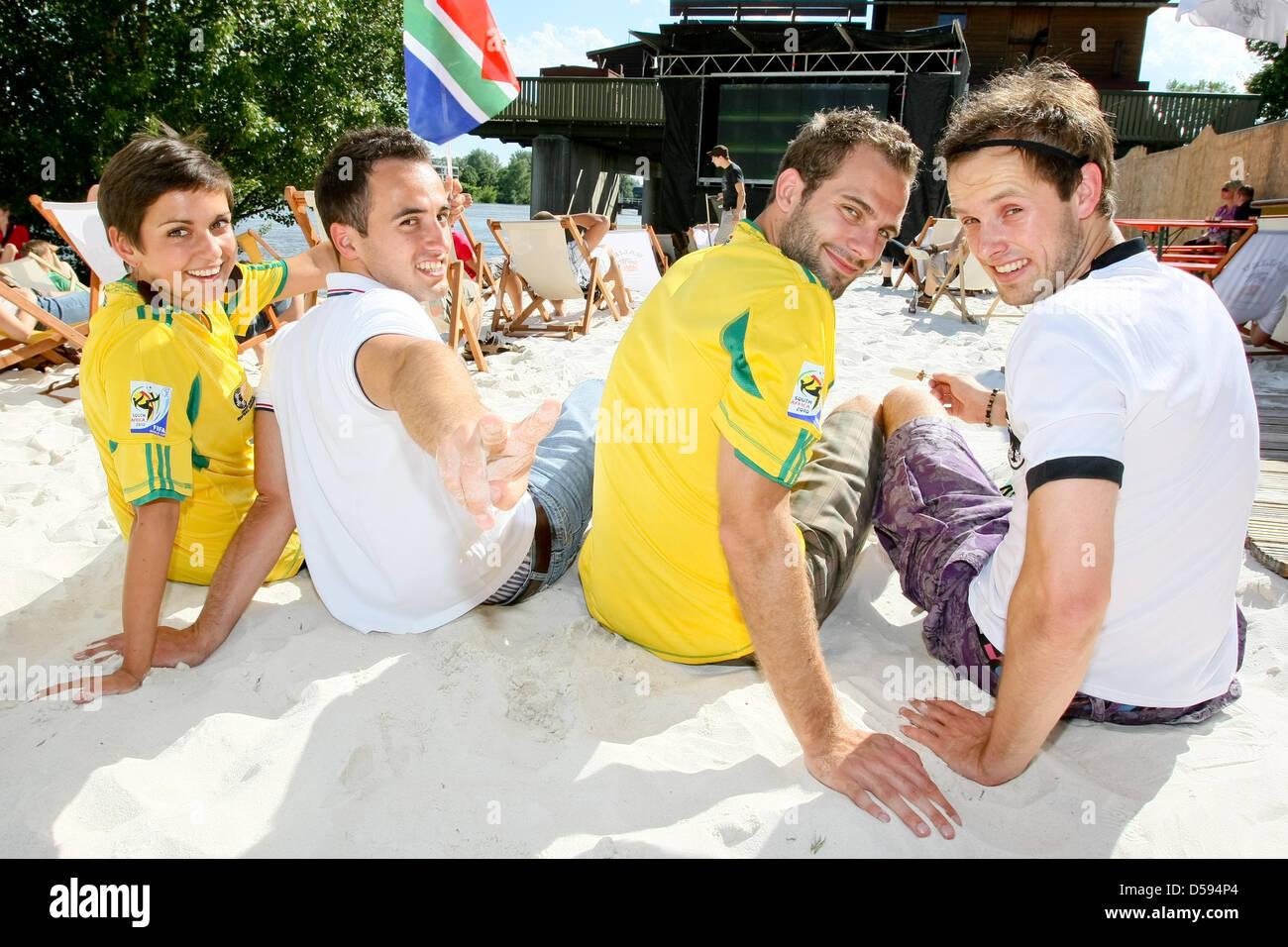 Deutsche und südafrikanische Fans feiern am 11.06.2010 vor einer Videoleinwand an der Strandbar in Magdeburg den Stock Photo