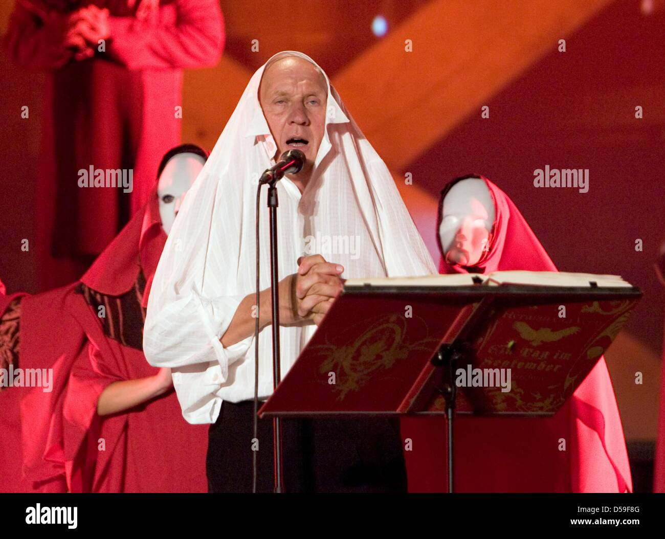 (dpa file) - A file picture dated 22 August 2009 shows Dutch singer-songwriter Herman van Veen on stage during the - Stock Image