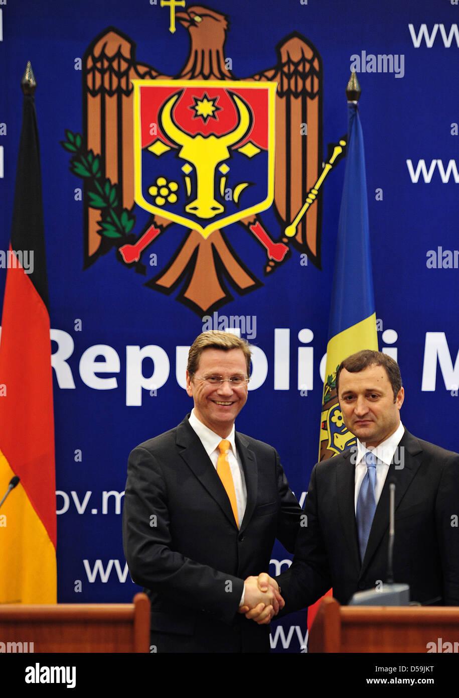 Außenminister Guido Westerwelle (FDP, l) gibt am Freitag (25.06.2010) in Chisinau, Republik Moldau, zusammen - Stock Image