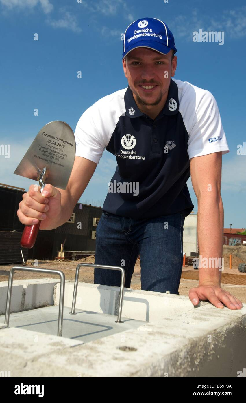 Double swimming champion Paul Biedermann uses his handicraft skills on the construction site of the new swimming - Stock Image