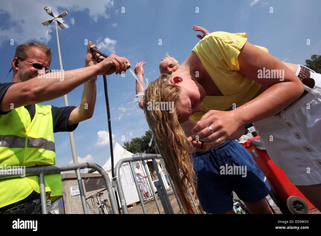 Ein weiblicher brasilianischer Fan kühlt sich bei Temperaturen von über 30 Grad auf dem Fanfest in Hamburg am Freitag Stock Photo