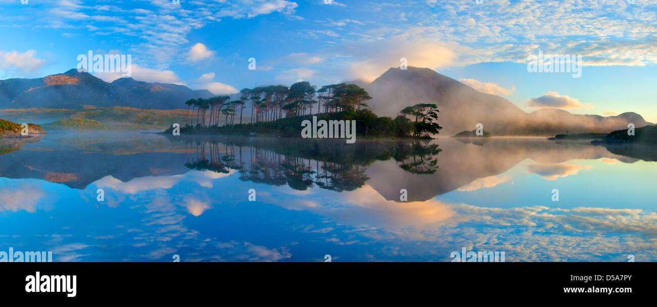 Misty morning reflection of the Twelve Bens in Derryclare Lough, Connemara, Co Galway, Ireland. - Stock Image