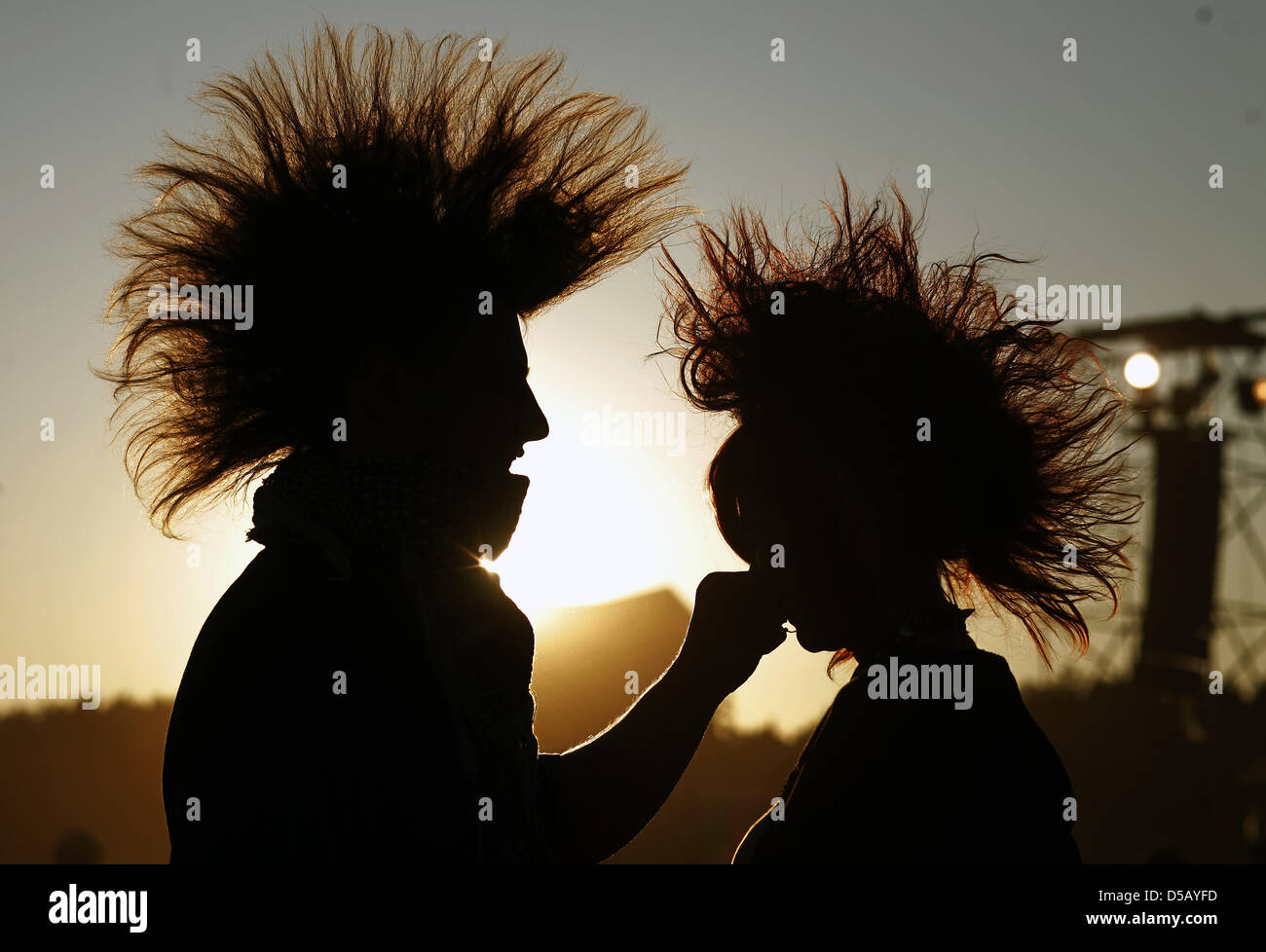 (dpa file) A file picture dated 31 July 2009 of a couple in the backlight during Woodstock Festival in - Stock Image
