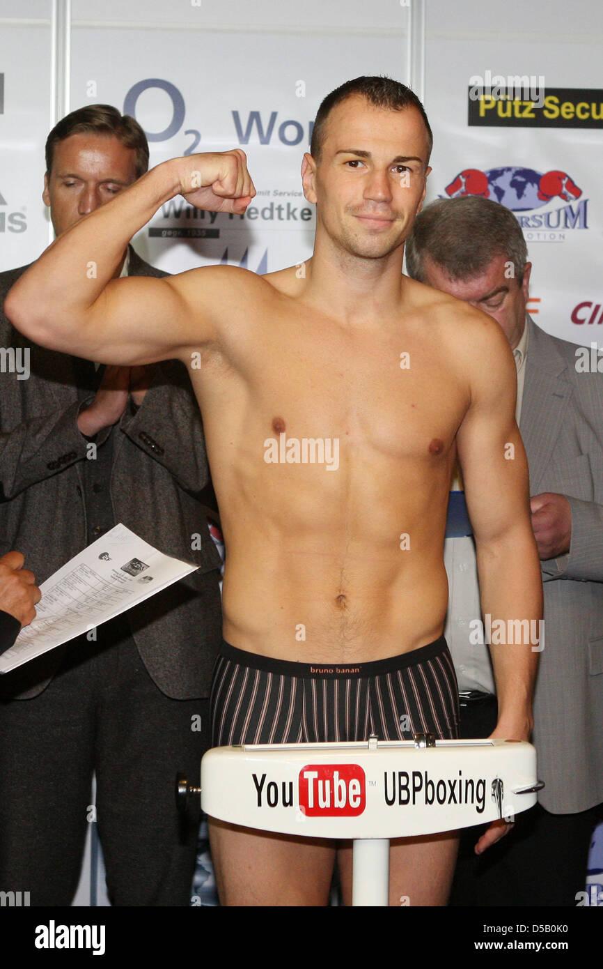 Die Box-Profis Sebastian Zbik (l-r) (Mittelgewicht) aus Hamburg vom Hamburger Universum-Boxstall posiert am Freitag - Stock Image