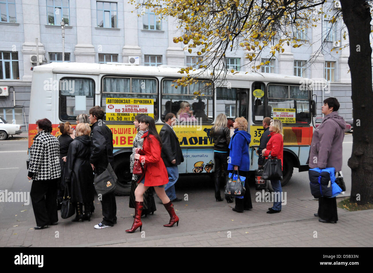 People wait at a bus stop near the Hall of Heroes in Kursk, Russia, 16 October 2009. The Battle of Kursk in 1943 - Stock Image