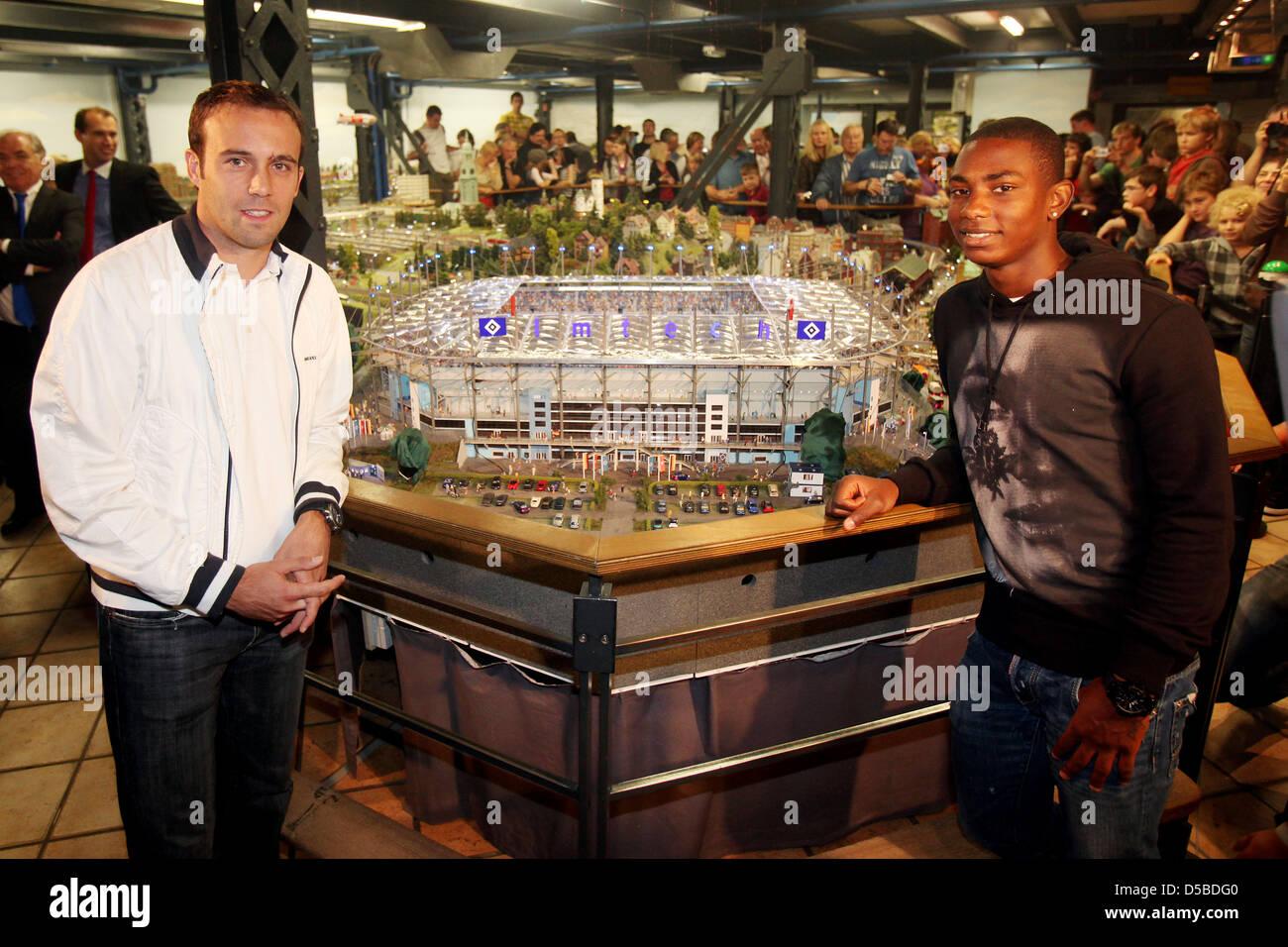 Die Fu§ball-Profis Joris Mathijsen (l-r) und Eljero Elia vom Hamburger SV posieren am Donnerstag (26.08.2010) - Stock Image