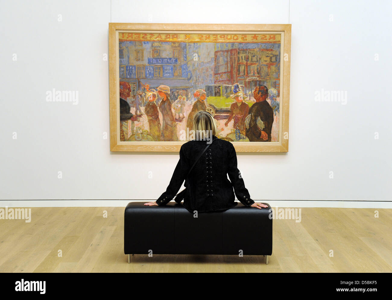 A visitor looks at the painting 'Place de Clichy' by the French 'Les Nabis' painter Pierre Bonnard - Stock Image