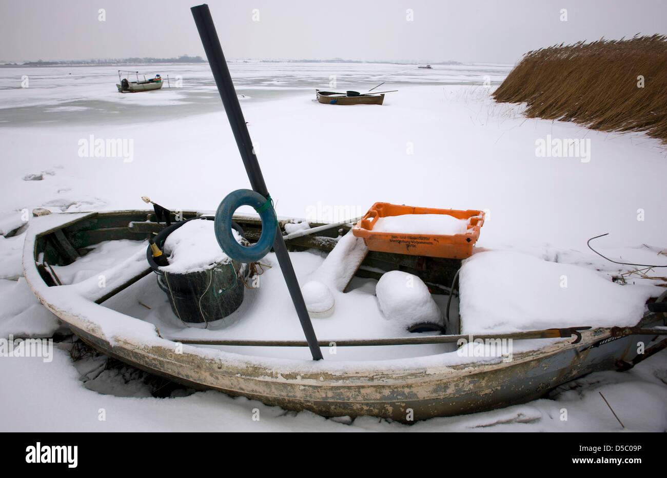 Ein hölzernes Fischerboot liegt am Mittwoch (20.01.2010) in Fährdorf auf der Ostseeinsel Poel im Eis fest. - Stock Image