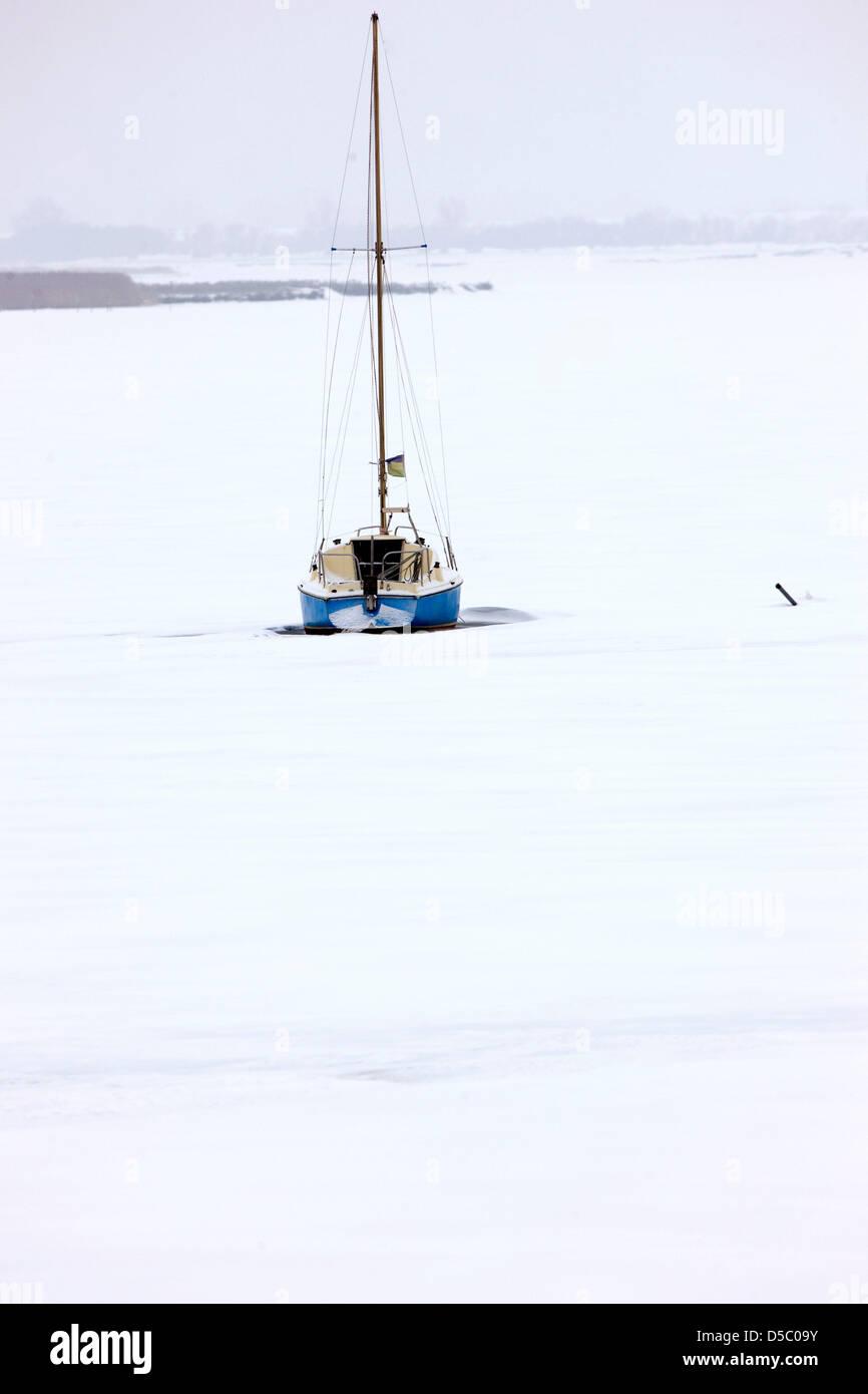 Ein Segelboot liegt am Mittwoch (20.01.2010) im Salzhaff in der Nähe von Fährdorf auf der Ostseeinsel - Stock Image