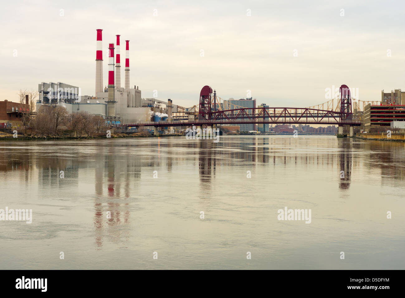 Roosevelt Island Bridge (1955) and Ravenswood Generating Station, Long Island City, Queens, New York seen from Roosevelt - Stock Image