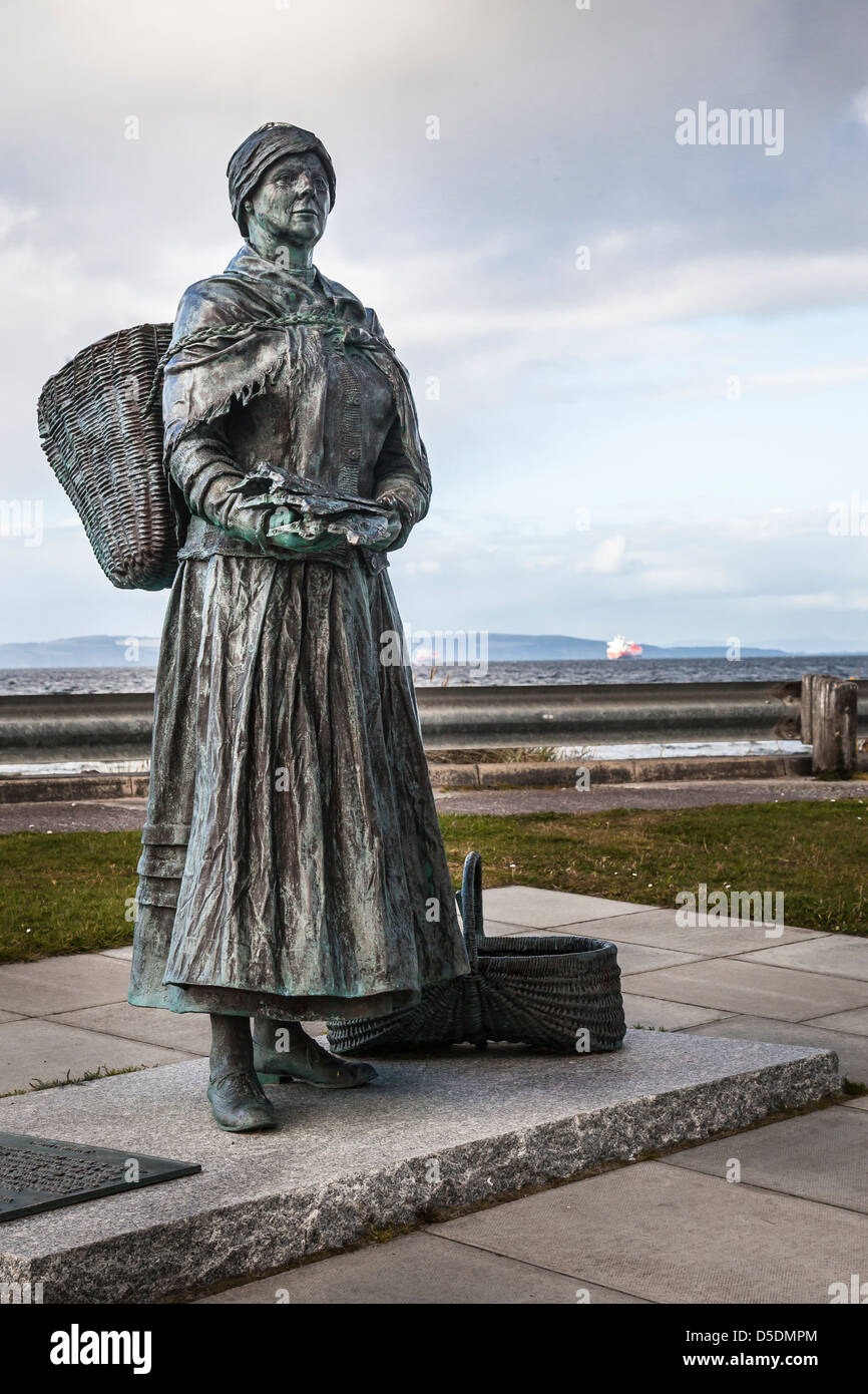 Fisher wife bronze statue at Nairn, Scotland. - Stock Image