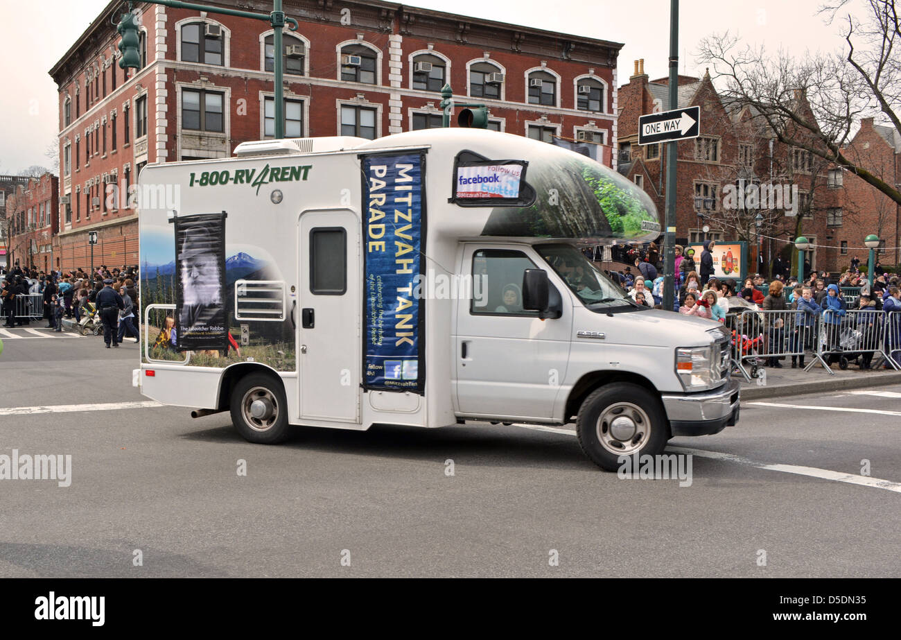 Mitzvah Tanks parading past Lubavitch headquarter to celebrate the birthday of the Lubavitcher Rebbe Menachem Mendel - Stock Image