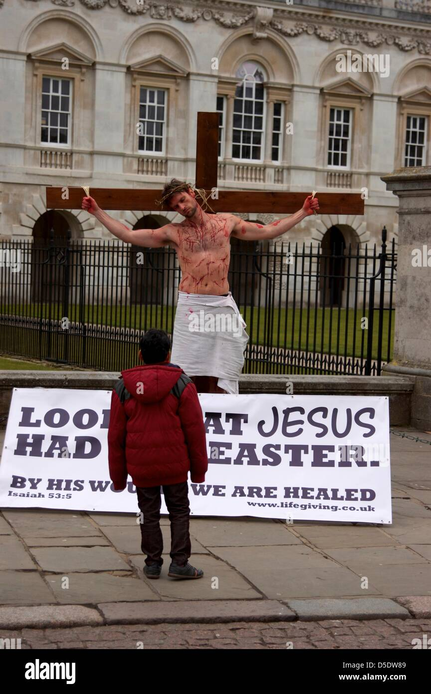 Cambridge, Cambridgeshire, UK. 29th March, 2013. A man recreates the crucifixion of Jesus Christ in the run up to - Stock Image