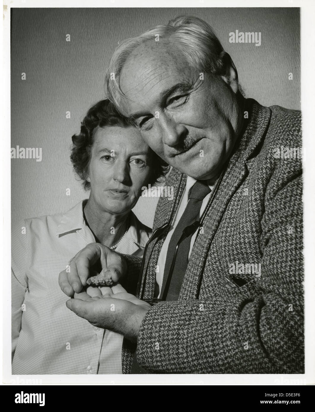 (left to right): Mary Douglas Nicol Leakey (1913-1996) and her husband Louis Seymour Bazett Leakey (1903-1972) - Stock Image