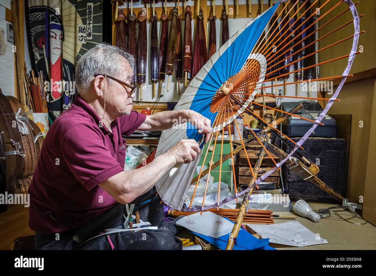 Mr Hiroshi Matsuda making wagasa, the Japanese, traditional umbrellas, in his workshop, Kanazawa, Honshu, Japan - Stock Image