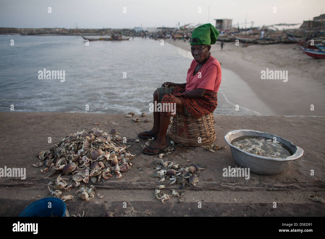 A woman cleans crabs in Accra, Ghana. - Stock Image