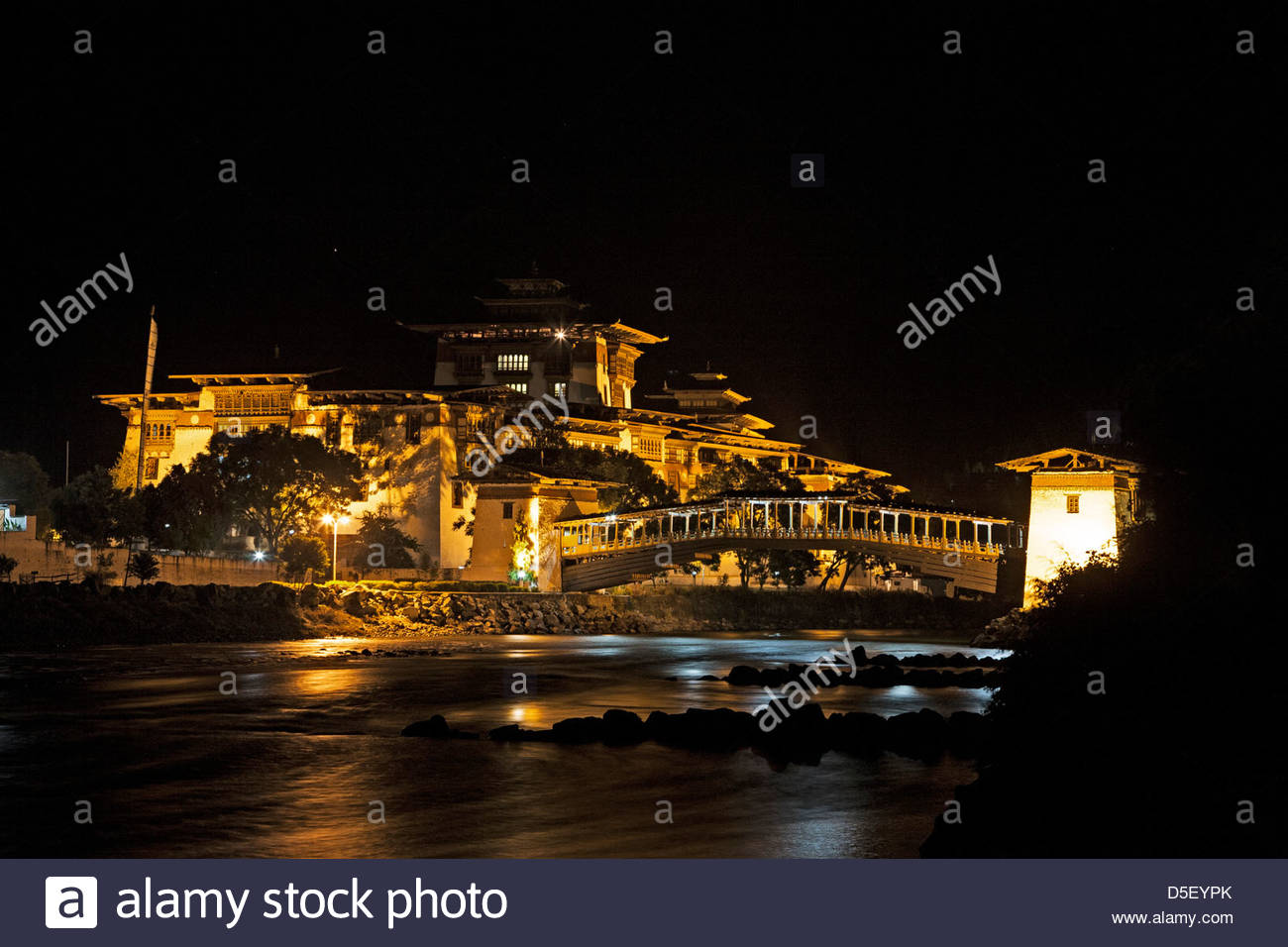 The Punakha Dzong (fortress) at the confluence of the Mo and Pho Chhu (rivers). Bhutan. - Stock Image