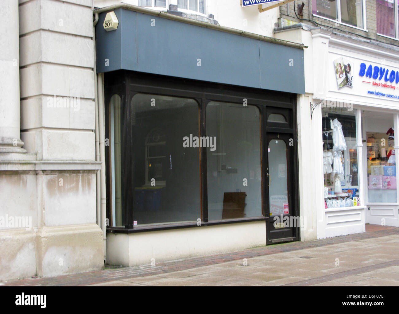 Unoccupied empty retail store in the high street Worthing West Sussex UK with a to let board up - Stock Image