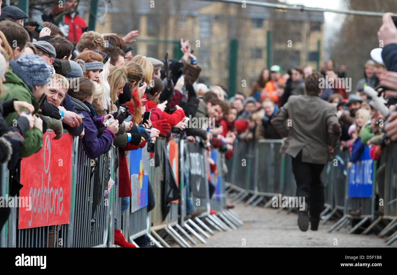 London, UK. 31 March 2013. Crowds cheer before Bella and Barney take part in the fifth annual Oxford and Cambridge - Stock Image