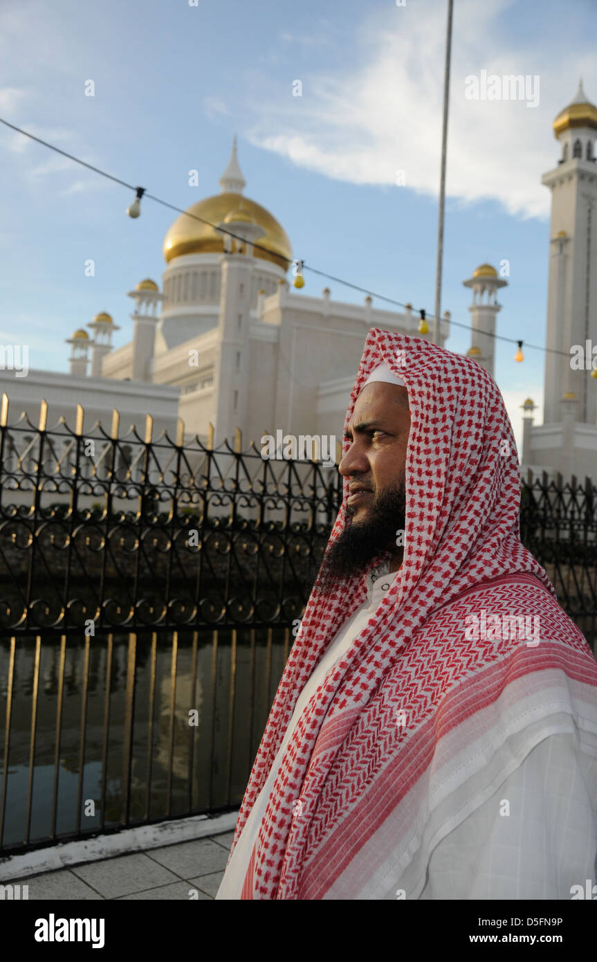 Local muslinm in front of Sultan Omar Ali Saifuddin Mosque, - Stock Image