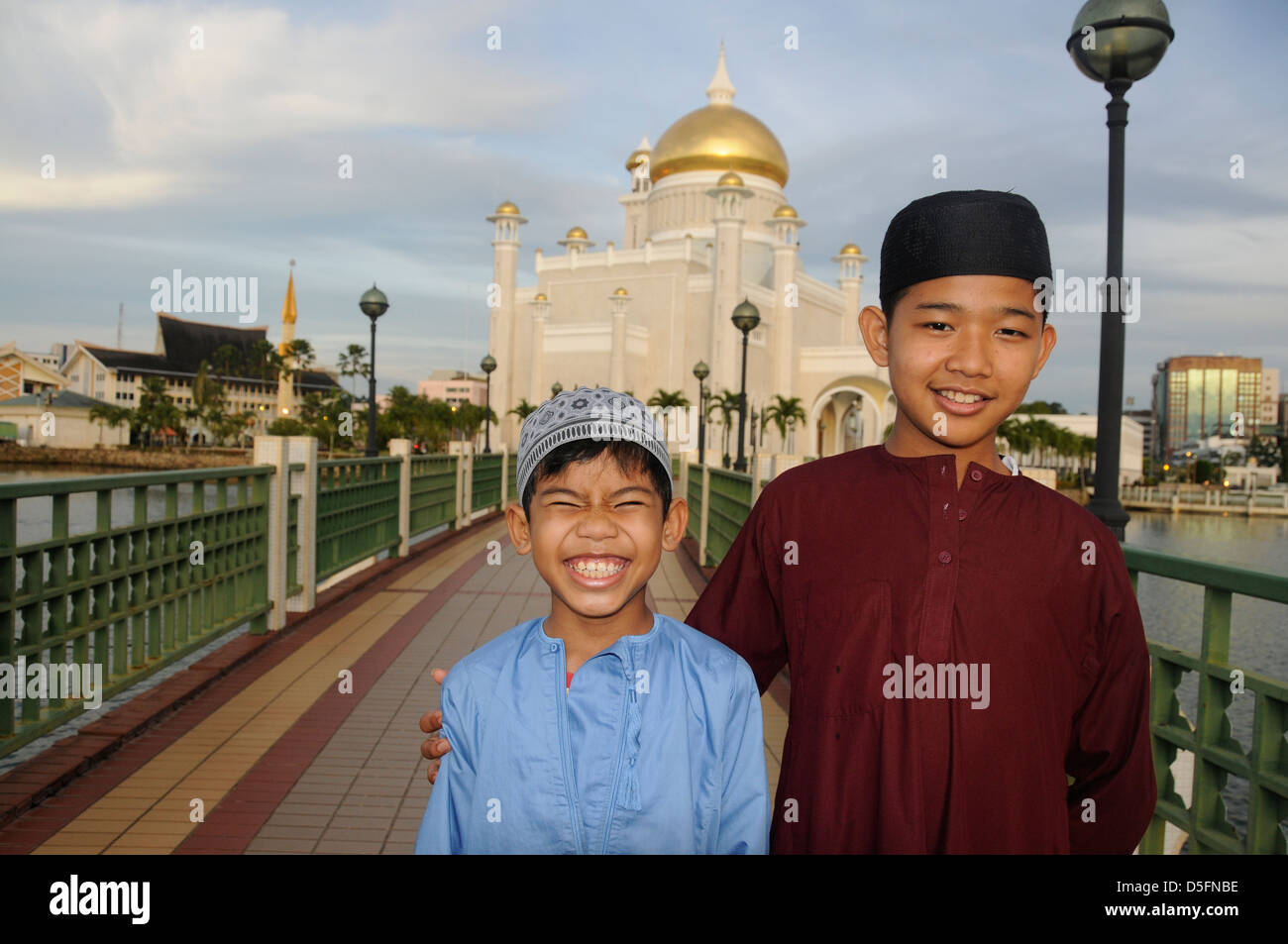 Friends in front of Sultan Omar Ali Saifuddin Mosque, - Stock Image
